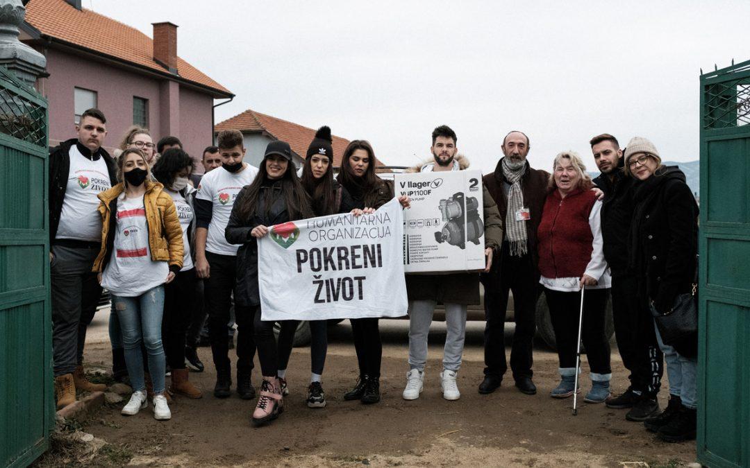 """Глумци серије """"Игра судбине"""" посетили баку Стану и остала домаћинства у Лесковцу којима је поплава уништила дом"""